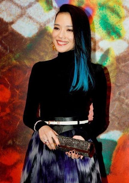 Thư Kỳ gây ấn tượng với tạo hình mới mẻ, tóc nhuộm line màu xanh cá tính.