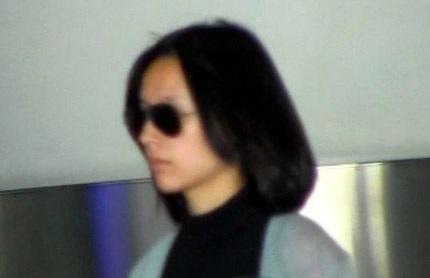 Đổng Khiết lộ diện sau tin đồn ly dị chồng tại sân bay ở Bắc Kinh, sáng 19/10.