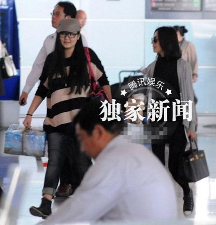 Đổng Khiết cùng hai trợ lý xuất hiện tại sân bay Bắc Kinh 19/10.