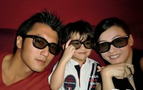 Tạ Đình Phong - Trương Bá Chi bên con trai đầu lòng Lucas