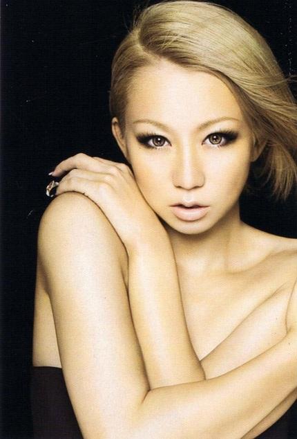 Báo giới Nhật bản so sánh cô với nữ ca sĩ tóc vàng Christina Aguilera