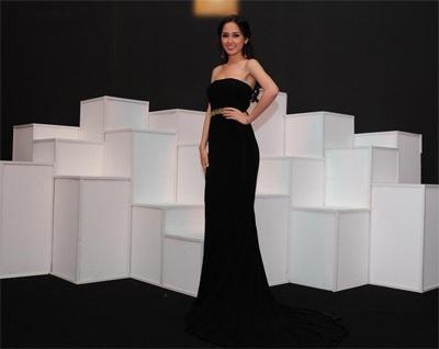Mai Phương Thuý khoe trọn vai trần với thiết kế váy dạ hội đen.