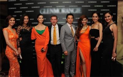 Ông Andy Macdonald & Ông Benny Ng, đại diện thương hiệu, chụp hình giao lưu cùng các người đẹp.