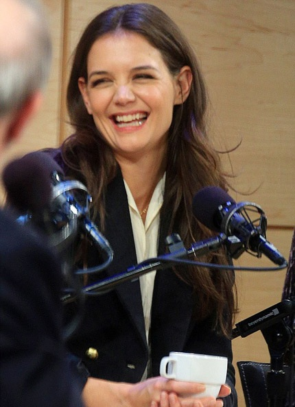 Katie Holmes xinh đẹp và tươi tắn trong buổi họp báo hôm 25/10