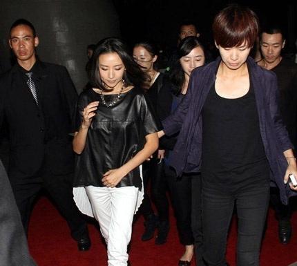 Đổng Khiết tới dự show trình diễn thời trang ở Thượng Hải, tối 21/10.
