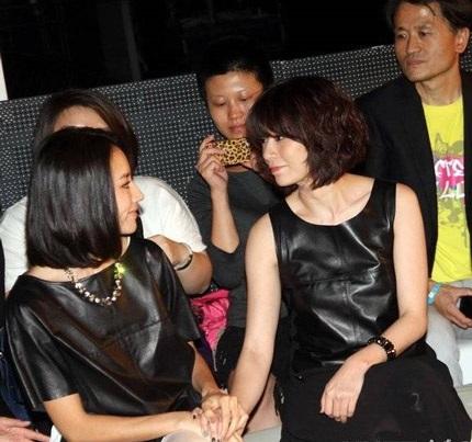 Cuối show diễn, Đổng Khiết trò chuyện với nữ diễn viên Giả Tịnh Văn.