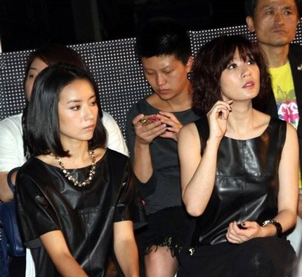 Suốt buổi diễn, Đổng Khiết giữ mãi gương mặt buồn bã.