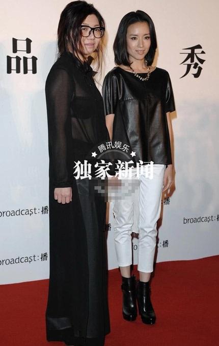 Đổng Khiết chụp ảnh chung với nhà thiết kế của show diễn.
