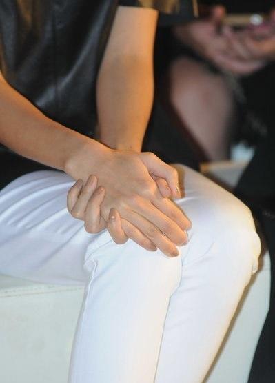 Nữ diễn viên 8X không còn đeo nhẫn cưới.
