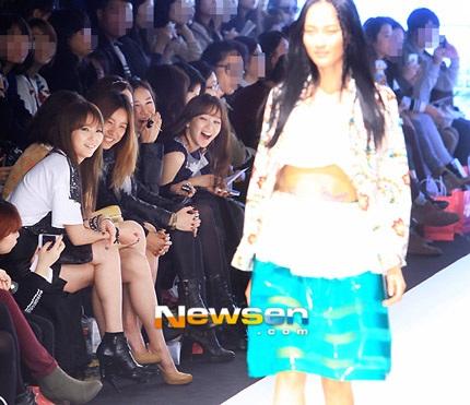 Lee Hyori ngồi trên hàng ghế đầu của show diễn.