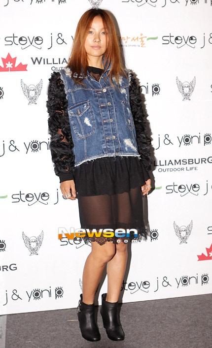 Lee Hyori với bộ trang phục cá tính tới xem show trình diễn thời trang.