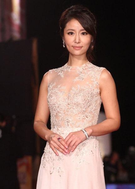 Lâm Tâm Như dịu dàng với đầm trắng gắn kim sa lấp lánh phía trước ngực.