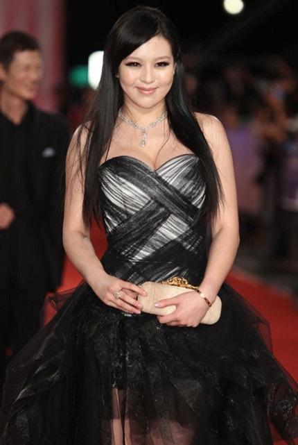 Muôn kiểu váy ren của các người đẹp Hoa ngữ