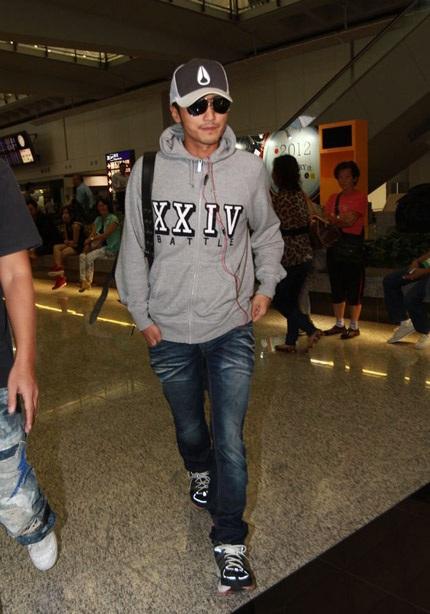 Tạ Đình Phong xuất hiện tại sân bay, hôm 25/10.