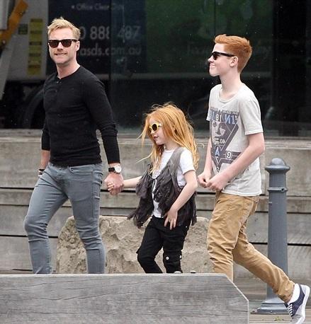Cô con gái lớn tên Missy của Ronan không thể tới chơi với cha vì còn đang bận rộn với bộ phim mới.