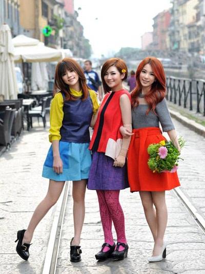 Selina (giữa) cùng hai cô bạn trong nhóm S.H.E vừa có một chuyến công tác ngắn ngày tại Ý.