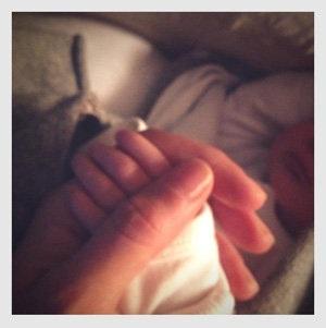 Gisele hạnh phúc khoe bàn tay nhỏ xinh của con gái trên mạng xã hội facebook.