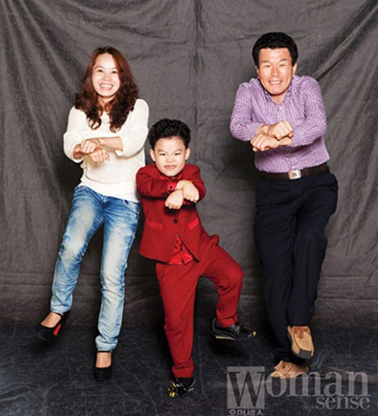 Hwang Min Woo cùng nhảy điệu ngựa phi với bố mẹ ruột.