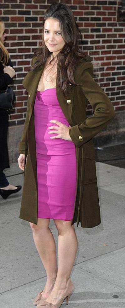 """Katie Holmes khoe """"vòng một"""" trong trời giá lạnh"""