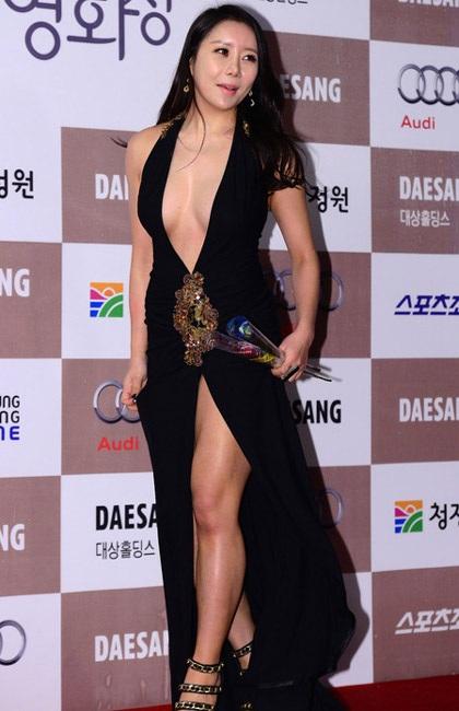 Mặc hớ hênh, người đẹp Hàn ngã nhoài trên thảm đỏ