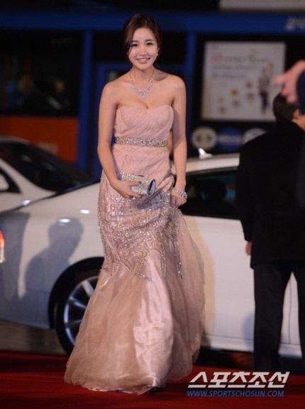 Trong khi những ngôi sao khác như Yoon Ji Yin vẫn rất thu hút dù diện trang phục kín đáo.