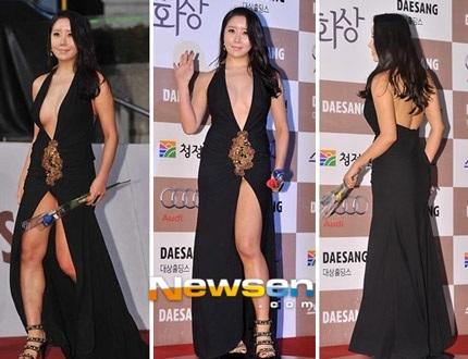 Chiếc váy của Na Ha Kyung chẳng che chắn được gì nhiều