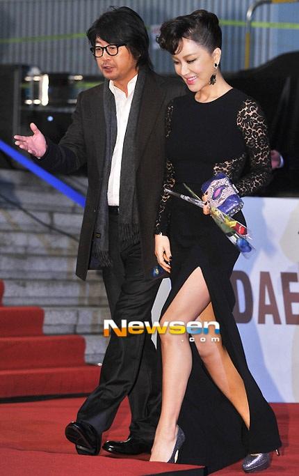 Nữ diễn viên U50 Uhm Jung Hwa vẫn gợi cảm như mọi lần.