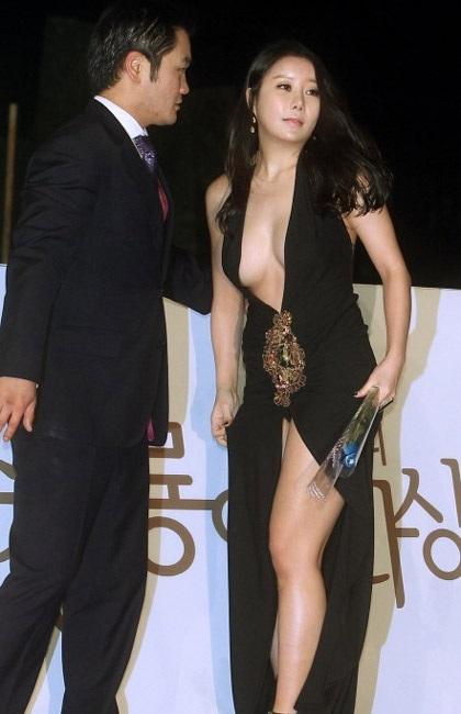 Bộ váy với đường xẻ sâu ở ngực và chân trước khiến Na Ha Kyung trở thành tâm điểm của báo giới.