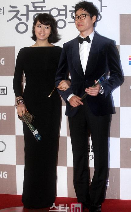 Kim Hye Soo bí ẩn và duyên dáng với gam màu đen.