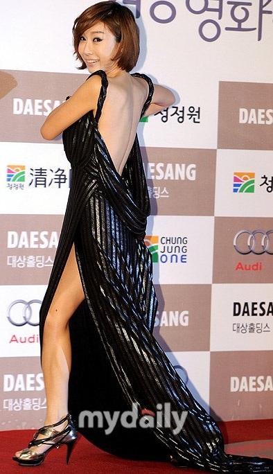 Nữ diễn viên Kwak Hyon Hwa cũng khổ vì váy áo hớ hênh