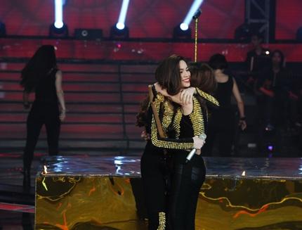 Hồ Ngọc Hà ôm chầm lấy cô học cho cưng sau màn trình diễn.