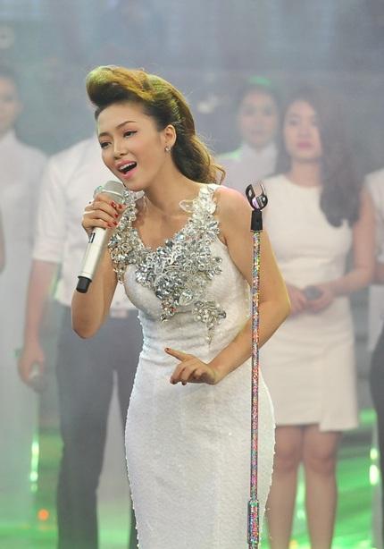 Đinh Hương dịu dàng và duyên dáng trong chiếc váy trắng đuôi cá lấp lánh.