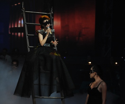 Tạo hình của Đinh Hương ma mị và bí ẩn với váy đen và chiếc mặt nạ cùng màu.