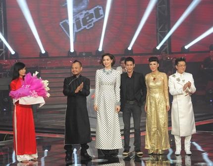 Bốn vị huấn luyện viên của chương trình và giám đốc âm nhạc Hoài Sa nhận hoa của ban tổ chức.
