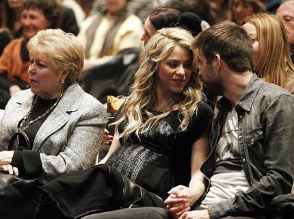Bà bầu Shakira vẫn xuất hiện cùng phi công trẻ tại một sự kiện diễn ra vào tuần trước.