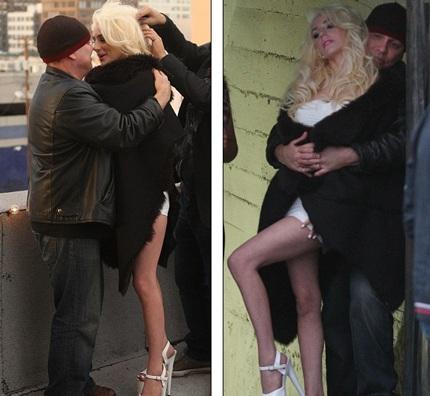 Courtney diễn những cảnh nhạy cảm với người đàn ông khác ngay trước mắt ông xã
