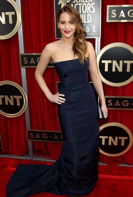 """""""Cô đào"""" Jennifer Lawrence bị rách váy khi lên nhận giải"""