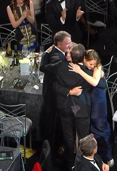Các đồng nghiệp chạy ra ôm Jennifer Lawrence giúp cô chữa ngượng và chỉnh lại trang phục.