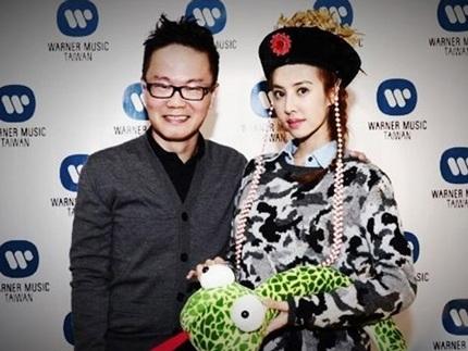 Thái Y Lâm ăn mặc như hoàng hậu trong bữa tiệc của công ty.
