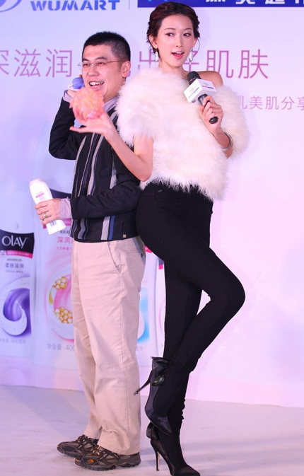 Lâm Chí Linh khoe đôi chân dài thon gọn trong một chương trình tại Bắc Kinh, ngày hôm qua 28/1.