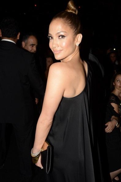 Jennifer Lopez vô cùng gợi cảm và duyên dáng với chiếc váy táo bạo nhưng không hề hở hang.