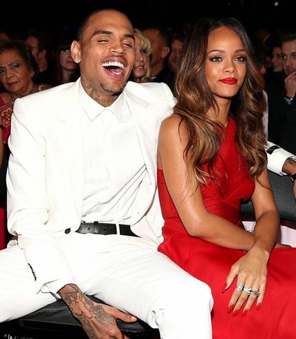 Rihanna và Chris Brown trong thật quấn quýt tại lễ trao giải
