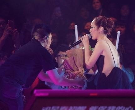 Nữ ca sĩ nhận được sự mến mộ của đông đảo khán giả.