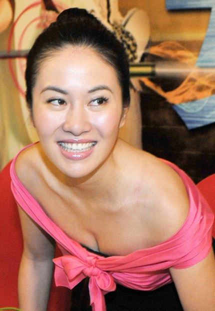 Diệp Tuyền gợi cảm vói váy trễ nải tại buổi họp báo, ngày 4/2.