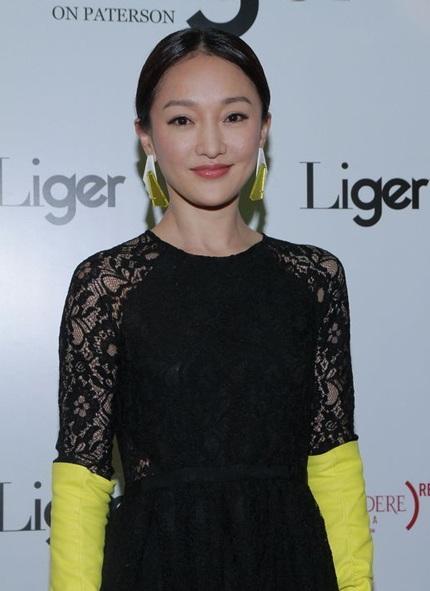 Nụ cười như tỏa nắng của Diệp Tuyền, tuy nhiên, chiếc váy gợi cảm cũng khiến cô kém thoải mái.