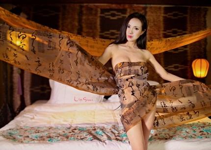 Người đẹp cuốn một dải lụa hờ và tiếp tục chuyển sang tạo dáng ở phòng ngủ