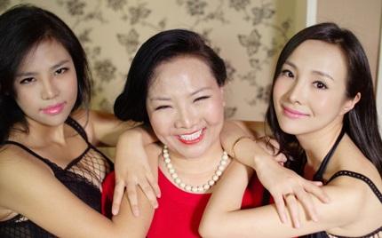 Gan Lulu, cùng em gái và mẹ ruột, đồng thời cũng chính là quản lý của hai chị em cô.