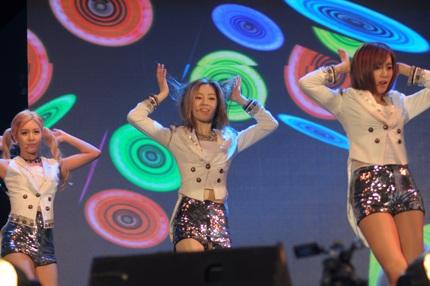 Các cô gái của T-ara xuất hiện bốc lửa và gợi cảm trên sân khấu