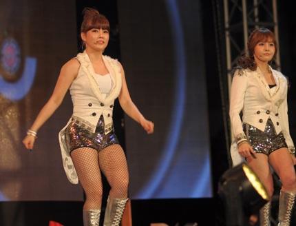 Với quần chẽn và áo vest cách điệu, T-ara trình diễn hết mình