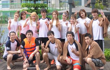Các cô gái T-ara chụp ảnh kỷ niệm với ê-kíp thực hiện chương trình